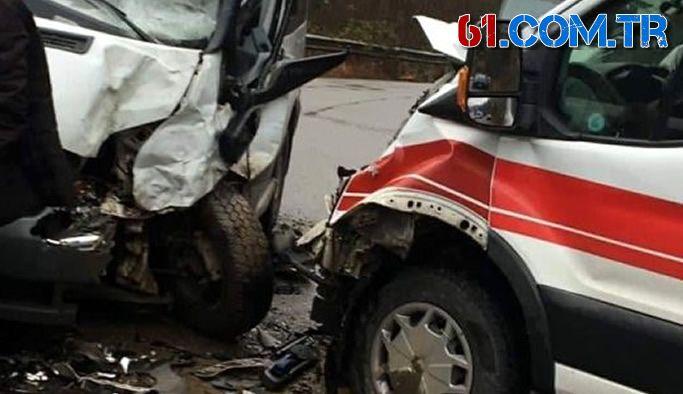 Araklı'da hasta taşıyan minibüs ile ambulans çarpıştı!