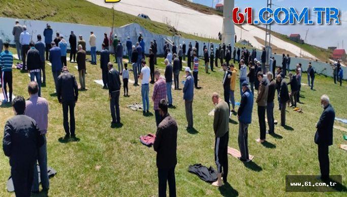 Tarihi Kadırga Açık Cami'de Sosyal Mesafeli İlk Cuma Namazı Kılındı