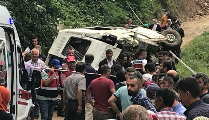 Yayladan dönen minibüs devrildi 7 ölü 4 yaralı