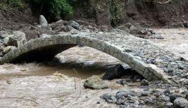 Araklı'daki selde asırlık köprü yıkılmadı!