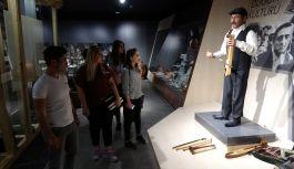 Kemençe çalıp türkü söyleyen 'android heykel ilgi odağı