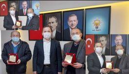 ÇABUK İLÇE BASINI İKİNCİ & ÖZCAN'A PLAKET TAKDİM ETTİ