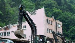 Selde hasar alan okul yıkıldı