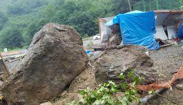 Tehlike oluşturan kaya, dağcılar tarafından...